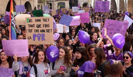 Una marea lila va recórrer les principals artèries de Barcelona amb pancartes imaginatives ahir a la tarda.