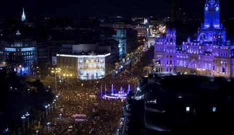 Imatge panoràmica de la multitudinària manifestació feminista que va recórrer ahir a la tarda els carrers de Madrid al seu pas per Cibeles.