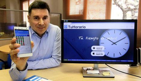 Leandre Palau, amb l'aplicació 'TuHorario'.