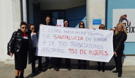 Concentració d'empleats al centre de treball a Lleida, ahir.
