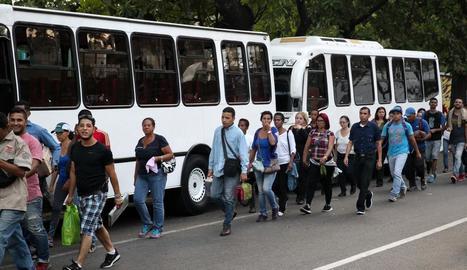 Els usuaris del metro es van veure obligats a continuar els seus camins a peu.