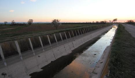 El canal principal, ahir encara buit a l'espera de l'aigua.