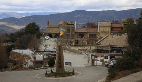 Imatge de l'entrada a la població de Tiurana reconstruïda a Solés, a la Noguera.