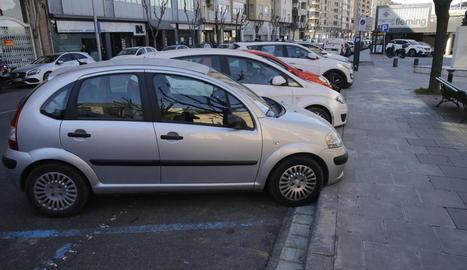 Els aparcaments en bateria passaran a ser en fila i hi haurà arbres que els separaran del carril bici.