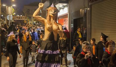 La Miliciana de Cervera, durant la cercavila pel centre històric de Tàrrega.