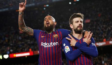 Arturo Vidal felicita Gerard Piqué després que el central blaugrana anotés el gol que igualava el partit, a l'aprofitar un perfecte servei de falta de Leo Messi.