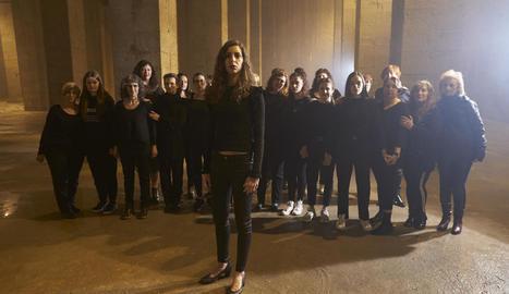 Emília Rovira, amb les figurants durant el rodatge.