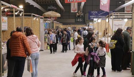 Desenes de persones van visitar ahir Fira Natura el segon dia de portes obertes.