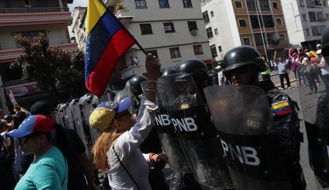 Els cossos de seguretat van impedir el pas dels manifestants.