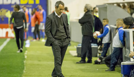 Joan Carles Oliva, amb gest de preocupació, en un moment del partit d'ahir.
