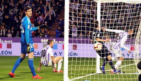 Courtois observa un dels dos gols que li van ser anul·lats al Valladolid a la primera part.