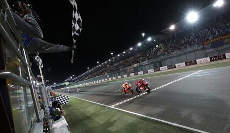 Andrea Dovizioso creua vencedor la línia de meta del circuit de Losail amb tan sols 23 mil·lèsimes de segons sobre Marc Màrquez, el mateix final que es va viure fa un any a la prova qatariana.