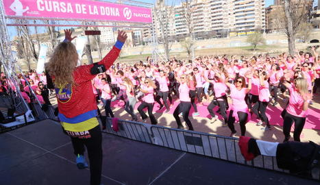 Un moment de la VII Cursa de la Dona Nayox Lleida, amb la imatge de la Seu Vella al fons.