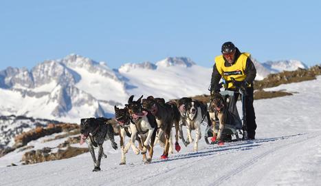 Ismael Mediavilla, a l'esquerra, va acabar subcampió en 'skijoring'. La prova aranesa va congregar 150 participants durant els dos dies de competició.