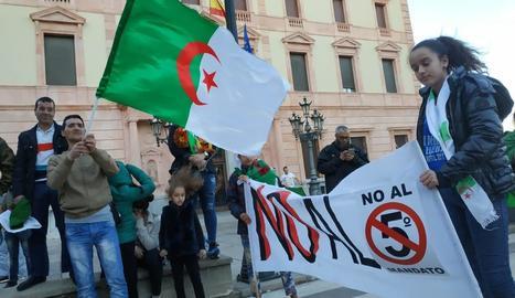 La manifestació d'algerians ahir a Lleida, davant de la subdelegació del Govern.