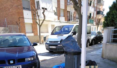 Les escombraries s'acumulen al voltant de papereres.