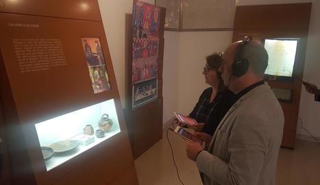 L'alcalde de Balaguer, Jordi Ignasi Vidal, amb una de les audioguies.