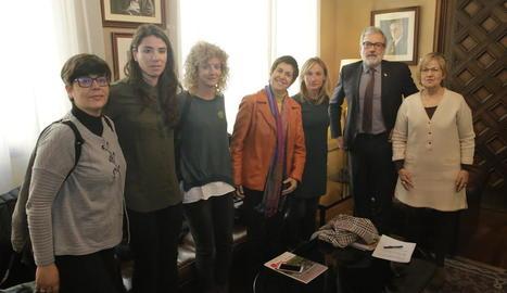 Representants de la nova associació, al costat de l'alcalde, Fèlix Larrosa, i la regidora d'Esports, Montse Parra.