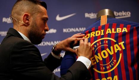 Les primeres plantilles femenina i masculina del Barça es van fer ahir la foto oficial conjunta de la temporada.