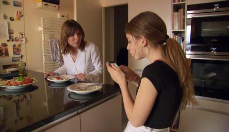 Una mare reprèn la seua filla per utilitzar el mòbil durant el dinar.