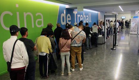 Cua de persones a l'oficina del Servei d'Ocupació de Catalunya a Lleida.