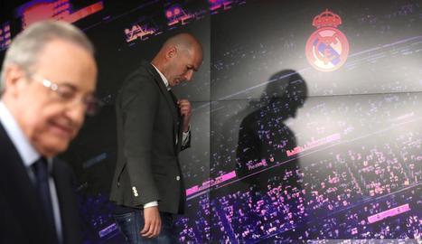Zidane, ahir abans de la roda de premsa, amb Florentino davant.