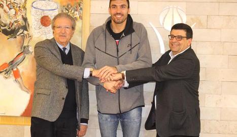 Oriola, al costat de Joan Fa i Ferran Aril després de la firma de l'acord.