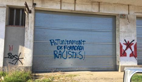 """Una de les pintades que van aparèixer ahir i que acusen de """"racisme"""" l'ajuntament de Foradada."""