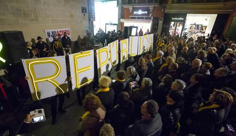 Com cada dilluns, els cantaires es van congregar davant de la Paeria per exigir la llibertat dels presos.