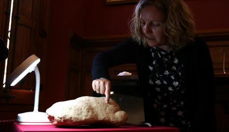 L'experta Inés Domingo, amb la peça d'art paleolític.