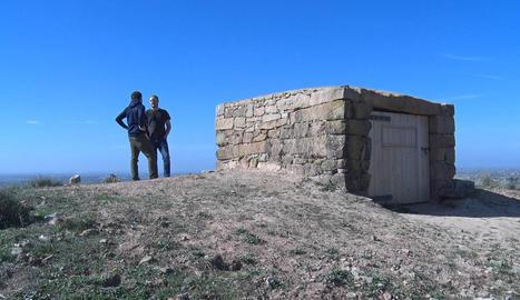 El Projecte Oenante recupera una antiga cabana de pedra seca de Castellserà convertint-la en observatori de fauna