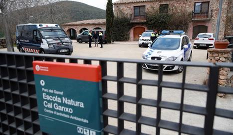 Mossos d'esquadra y policia local ante el centro de Castelldefels (Barcelona) que acoge a 35 menores extranjeros no acompañados, conocidos como 'menas', tutelados por la Generalitat, que fue asaltado el sábado por la noche por unos 25 encapuchados que causaron destrozos en el establecimiento y agredieron a dos educadores y un interno, que fue trasladado a un hospital.