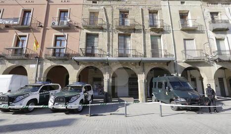 Tot terrenys i furgonetes de la Guàrdia Civil davant de l'ajuntament d'Almacelles.