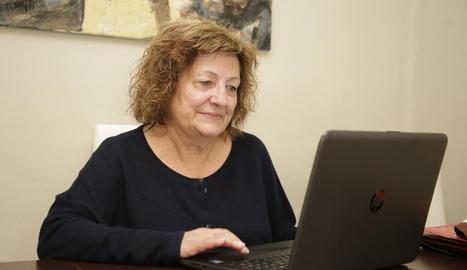 Rosa Querol visita el seu perfil a la xarxa social de Facebook, la més popular entre els lleidatans.
