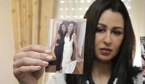 La germana de Farah, Ailham, sosté una foto de les dos.