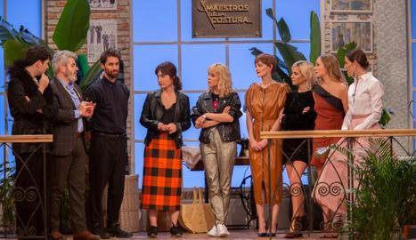 El jurat dóna explicacions davant d'algunes alumnes i la presentadora, Raquel Sánchez Silva, a la dreta.