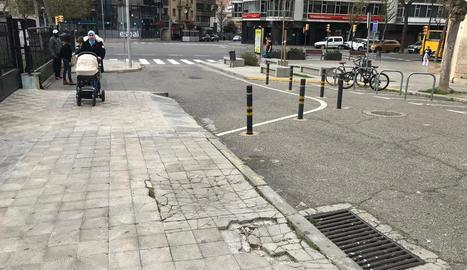 Rajoles trencades al carrer de l'Ensenyança.