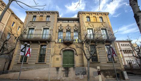 A Lleida - Alguns edificis de la Generalitat a Lleida encara lluïen ahir símbols per la llibertat dels líders independentistes empresonats com el de la delegació de Cultura, a la imatge, ubicada a la rambla d'Aragó. Així mateix, també hi h ...