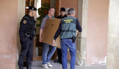 Una de les caixes amb informació que la Guàrdia Civil i la comitiva judicial es van emportar ahir de l'ajuntament d'Almacelles.