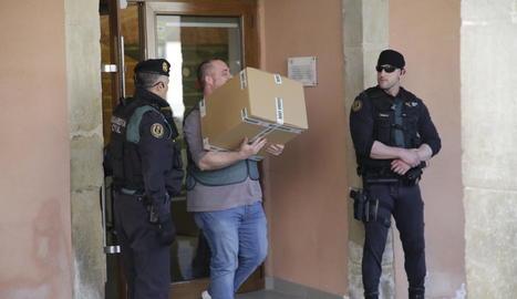 La Guàrdia Civil i la comitiva judicial es van emportar unes 30 caixes.
