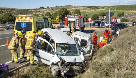 Els serveis d'emergència, a l'atendre els afectats després del sinistre.