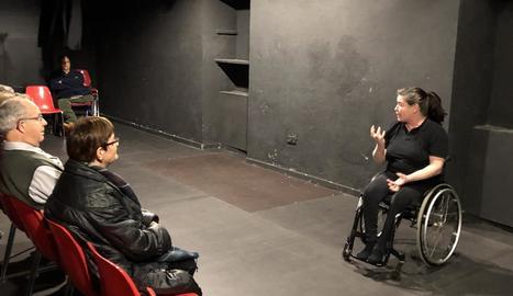 Dansa en cadira de rodes, ahir amb la María José Moya, que il·lustra la portada de l'últim número de 'Plec'.