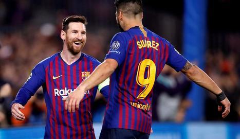 Leo Messi celebra amb el seu company Luis Suárez el primer gol de la nit davant el Lió.