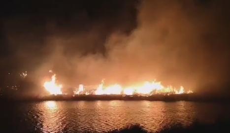 Un incendi crema matolls al marge del riu a Rufea