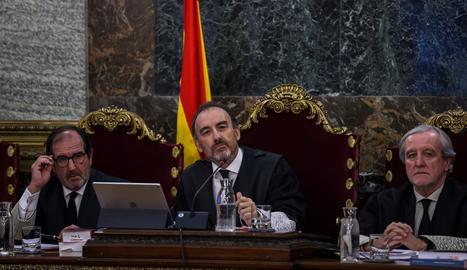 El president del tribunal i ponent de la sentència, Manuel Marchena (al centre de la imatge), al costat dels magistrats, Andrés Martínez Arrieta (esquerra) i Juan Ramón Berdugo.