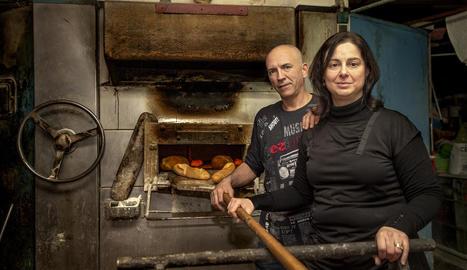 Marta Segura, al costat del seu marit Ignacio, ahir a l'obrador del Forn de Pa Segura a Pardinyes.