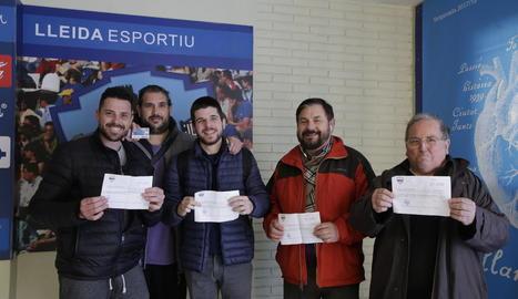 Alguns dels aficionats del Lleida que van adquirir ahir bitllet i entrada per a Alacant.