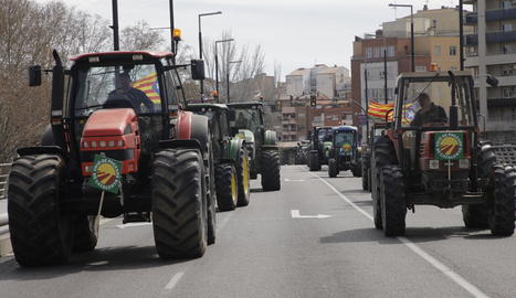 Un moment del recorregut dels tractors camí a la subdelegació del Govern central a Lleida.
