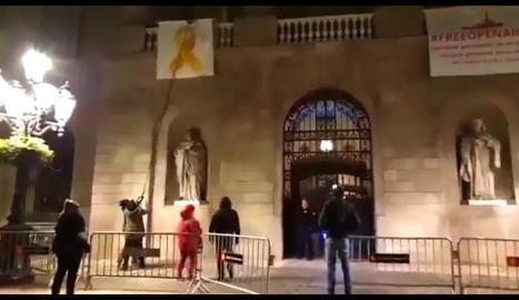 Imatge de rams grocs a la seu de Benestar Social a Lleida.