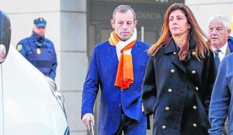 Sandro Rosell, ahir a l'arribar a l'Audiència Nacional en companyia de la seua esposa, Marta Pineda.